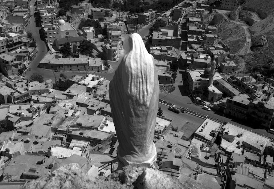 Syria, Maaloula, May 2006 4 meter high statue set above the town in 2006. Syrie, Maaloula, mai 2006 Statue de 4 m de haut déposée en 2006 en haut de la ville  © Christophe Goussard / Agence VU